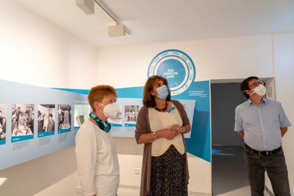 Petra Pau in der Ausstellung im Erinnerungsort BADEHAUS