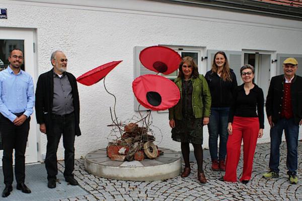 Eröffnung der Mahnblumen-Installation mit Walter Kuhn vor dem Erinnerungsort BADEHAUS